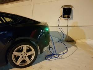 Tesla заряжается от первой зарядной станции в Киркенесе.