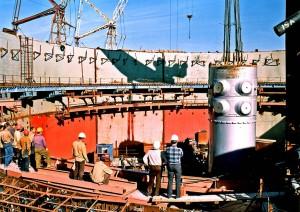 Монтаж корпуса реактора ВВЭР-1000 на Балаковской АЭС.