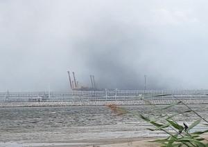 Угольная пыль, поднимающаяся над портом Усть-Луга.