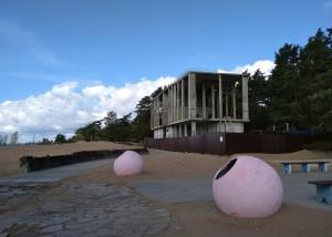 Недострой ООО «Канда», «украшающий» пляж «Ласковый» в Солнечном.