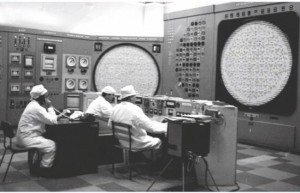 Сменный состав службы управления реактора АВ-3 на рабочем месте.