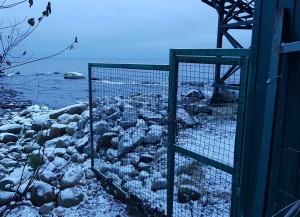 База отдыха ЗАО «ВАД». Теперь забор заканчивается примерно в 1,5-2м от воды, но обойти его все равно крайне затруднительно: берег завален большими валунами.