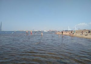 Пляж на намыве у острова Декабристов